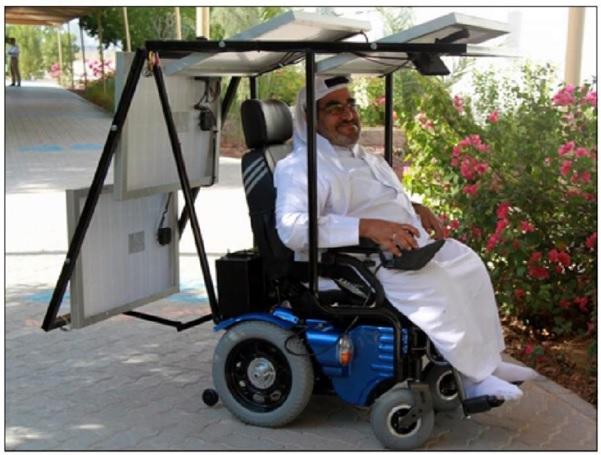 Wózek elektryczny zasilany bateriami słonecznymi, które jednocześnie służą jako dach, który chroni przed słońcem i wiatrem.
